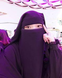 adar itu sunnah . Berpakaian hitam juga Sunnah 💓 Kalau aku suka nya warna hitam , karena menurut ku hitam itu menawan meskipun orang Hijab Fashion, Women's Fashion, Hijab Niqab, Cute Eyes, Muslim Women, Islam, Face Veil, Queens, Sculptures