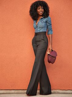 Take a look at the best stylish business casual in the photos below and get ideas for your work outfits! 30 Chic and Stylish Interview Outfits for Ladies Fitted Denim Shirt, Chambray Shirts, Chambray Top, Denim Shirt Dress Outfit, Black Slacks Outfit, High Waisted Trouser Pants, Work Trousers, Tailored Trousers, Casual Shirt