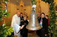 Saint-Julien-de-l'Herms : Une des plus vieilles cloches de France réparée et bénie. Il y a quelques mois, la cloche avait dû être descendue de son clocher pour être réparée dans les ateliers Bodet.