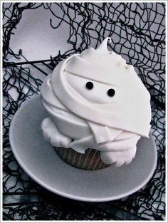 Pudgy Mummy Cupcake recipe from  http://www.thecakeblog.com