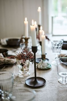 Give your table setting some festive warmth with lots of inviting candlelight. #winter #lights #FULLTALIG #candlestick #christmas #decoration #dining #decorationideas #candlelight #skandinavian #skandi #style