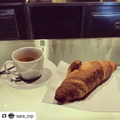#photographylovers @sara_crp   [Mica bisogna soffrire per forza - workday edition.] #breakfast #workday #letizias #coffee #cornetto #love #chiostrodelbramante