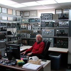 You know that empty room in your house? QRZ - Ham Radio This what my spare room looks like. I love Boat Anchors. Radios, Radio Amateur, Hf Radio, Ham Radio Operator, Recording Studio Home, Coding, Hams, Morse Code, Design