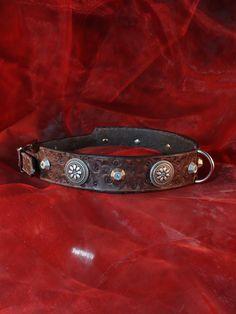 """#Hundehalsband """"#Native #Shields"""" aus #Leder, #punziert, mit #Conchos und #Nieten von #Leather4Paws auf #Etsy"""