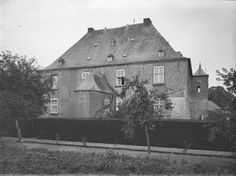 Kasteel Bleijenbeek, de achterzijde, gezien vanaf de weg Afferden - Siebengewald. (september 1919) Holland Netherlands, Ancestry, Dutch, Castle, Van, Lineage, House Styles, Genealogy, September