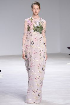 Giambattista Valli Haute couture Spring/Summer 2016 Fashion Show - The collection was as romance-inducing as the city itself. Short lengths, exaggerated volumes, and a handful of empire-waist gowns with tight bodices hoisting folds of white chiffon. Estilo Fashion, Fashion Moda, Fashion Week, Runway Fashion, Fashion Show, Paris Fashion, Women's Dresses, Couture Dresses, Fashion Dresses