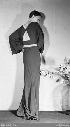 1934. Modell visar ryggsidan på en långklänning. Foto: Erik Holmén för Nordiska Kompaniet