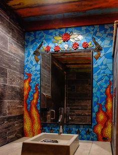 Стена ванной, украшенная мозаикой.