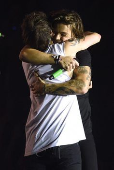 Harry styles and louis tomlinson defy 'feud' rumours with emotional embrace during one direction's final show - mirror online One Direction Wallpaper, Harry Styles Wallpaper, One Direction Pictures, One Direction Harry, Larry Stylinson, Louis Tomlinsom, Louis And Harry, Niall Horam, Harry 1d