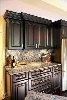 Gorgeous countertops and backsplash with lots of cabinet space! #affordable luxury