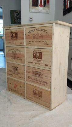 Weinkisten-Kommode im Bordeaux-Stil - Bordeaux-Style Wine Crate Chest of Drawers Weinkisten-Kommode im Bordeaux-Stil Milk Crate Shelves, Wooden Wine Crates, Crate Crafts, Palette Deco, Home Wine Cellars, Wine Craft, Crate Furniture, Cave Vin, Drawers