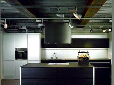 Inselküche aus schwarz gebeizter Eiche und Aluminium (Eggersmann Küchen)