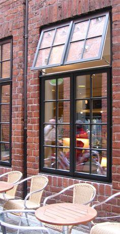 Das klassische Hamburger Holzfenster wurde von der Frovin GmbH sozusagen wiederentdeckt. Die - nach dänischem Vorbild - traditionell nach außen öffnenden Flügel lassen eine ganz besondere Winddichte und Wetterfestigkeit erwarten. Dahinter steckt eine einfache Logik: je kräftiger der Wind bläst, desto mehr wird das Fenster von außen zugedrückt.