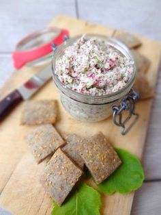 Rillettes végétariennes aux radis roses, biscuits apéritifs au sarrasin