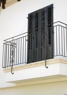 מעקה ברזל למרפסת Metal Railings, Banisters, Eisen Pergola, Balcony Railing Design, Grades, Iron Gates, Windows And Doors, Scale, Deck