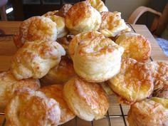 Túrós pogácsa (Hungarian cottage-cheese biscuits) Gotta have this, but with whole wheat flour instead! Hungarian Cuisine, Hungarian Recipes, Hungarian Food, European Cuisine, Cheese Pastry, Cheese Biscuits, Cheddar Cheese, Cheese Scones, Tea Biscuits