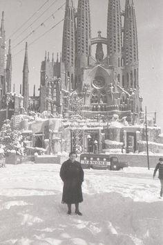 1962. Nevada a la Sagrada Família de Barcelona. Amb el camió de @DanoneGroup intentant fer el repartiment