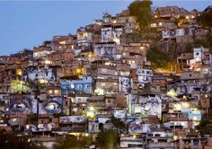 """Brasil _ El proyecto Favela Painting surge en las favelas de Río de Janeiro y Sao Paulo y pretende crear murales de gran formato en """"lugares donde las personas están socialmente excluidas"""" con el fin último de apoyar un proceso educativo y motivar a las comunidades locales, especialmente a los más jóvenes, para que mejoren su imagen hacia al exterior y hacia el interior construyendo una identidad más positiva de sus propias comunidades."""