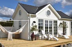 Även om jag har ett fantastiskt 3D arkitektprogram är det extra roligt att få tillskickat bilder från kunder som byggt Attefallshus enligt ... Cosy House, Tiny House Cabin, Minimal House Design, England Houses, Farm House Colors, Cozy Cottage, Little Houses, House Painting, My Dream Home