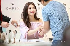 suzy with fans for signature event 2016 <3