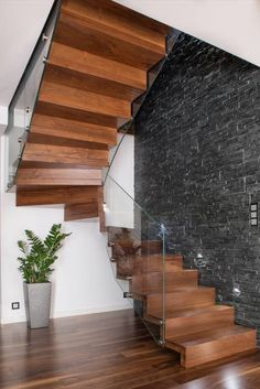NOWOCZESNE SCHODY DYWANOWE Z SZKLANĄ BALUSTRADĄ: styl translation missing: pl.style.korytarz-hol-i-schody.nowoczesny, w kategorii Korytarz, hol i schody zaprojektowany przez BRODA schody-dywanowe Comfy Room Ideas, Under Stairs, Staircase Design, Krakow, Stables, Decorating Tips, Future House, Patio, Beautiful Places