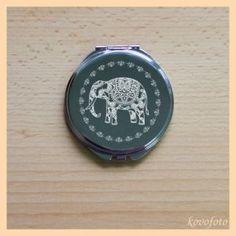 Kovové zrcátko s rytinou slona