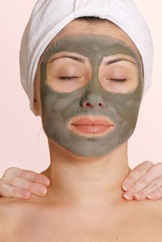 La rosácea es una afección de la piel la cual afecta principalmente a personas de tez blanca y de descendencia europea, puede afectar a cualquier sexo aunque pro lo general en las mujeres es más frecuente. Se manifiesta normalmente con una coloración o enrojecimiento en las mejillas, nariz, frente, etc., y pude afectar el cuello…