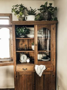 Country hutch display Antique farmhouse hutch with ironstone bowls, plants, and antique treasures Always aspired to be able to knit, neverthel. Diy Interior, Interior Design, Country Hutch, Hutch Display, Wall Decor Quotes, Trendy Bedroom, Home Decor Inspiration, Decor Ideas, Home Decor
