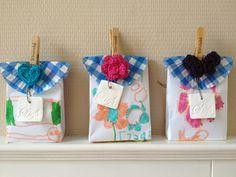 Zelfgemaakt cadeau voor juf! Gemaakt van een envelop, een cupcakepapiertje, een kleifiguurtje en een gehaakt motiefje. Gevuld met wat lekkers...
