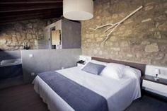 En el turismo rural tienes la posibilidad de dormir protegido por paredes de piedra gruesa y con las últimas comodidades