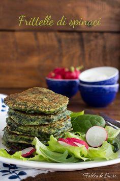 Le frittelle di spinaci sono ottime accompagnate da formaggi morbidi o stagionati, con la salsa allo yogurt, oppure con un insalata mista di stagione.