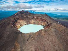 Вулкан Малый Семячик и кислотное озеро в его кратере, Камчатка