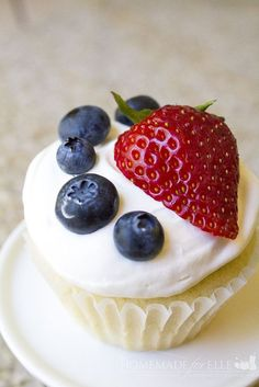 Homemade Chantilly Cupcakes are light and flavorful cupcakes topped with a mascarpone whipped topping to make the perfect cupcake for parties and potlucks! Cookie Desserts, No Bake Desserts, Just Desserts, Delicious Desserts, Homemade Desserts, Yummy Food, Tasty, Chantilly Cake Recipe, Berry Chantilly Cake