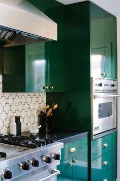Green Cabinets and Black Marble! Black Laquer Designs in LA - Green Cabinets and Black Marble! Black Laquer Designs in LA - Retro Home Decor, Home Decor Kitchen, Kitchen Furniture, Kitchen Interior, Home Kitchens, Design Kitchen, Kitchen Rustic, Black Kitchens, Green Kitchen Cabinets