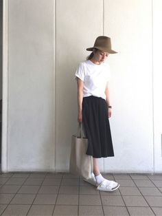 カジュアルな『HANES』の白Tシャツと、ロングスカートのコーデ。シンプルな黒いロングスカートも、『サンダル×靴下』コーデで一気に今年風に。