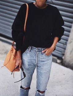 Pull à côtes légèrement oversize + jean boyfriend + sac seau camel = le bon mix (photo Andy Csinger)