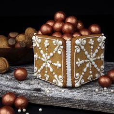 Boksen laget av pepperkaker kan fylles med - pepperkaker, eller med julekonfekt.  Oppskrift og foto: Marit Hovland (Borrowmyeyes)