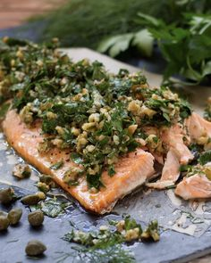 Lachs mit Kräuter-Walnuss-Salsa Sheet metal salmon with fresh herb and walnut salsa. The meat becomes so tender and with the tangy lemon note you have a simple dinner out of the oven. Healthy Chicken Recipes, Salmon Recipes, Fish Recipes, Crockpot Recipes, Snack Recipes, Dinner Recipes, Fresco, Brunch, Fresh Herbs