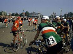 Tour de France 1952. Parigi. Alla partenza, la squadra italiana - in primo piano Giulio Bresci (1921-1998) n.23 e Luciano Pezzi (1921-1998) - osserva sfilare i componenti della squadra elvetica: tra questi si riconoscono da sin. Carlo Lafranchi (1924-2003) n.5, Heinrich Spuhler (1925-1996) n.1, Walter Reiser (1923) n.8, Marcel Huber (1927) n.3 e Georges Aeschlimann (1920-2010) n.7