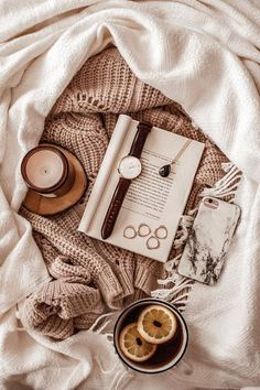 flat lay photography overhead flatlay on blanket Cozy Aesthetic, Brown Aesthetic, Autumn Aesthetic, Aesthetic Vintage, Autumn Photography, Book Photography, Levitation Photography, Exposure Photography, Water Photography