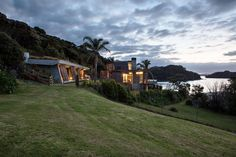 RAWHITI BACH IN NEW ZEALAND BY STUDIO PACIFIC ARCHITECTURE