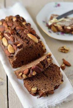 Het recept voor zelfgemaakte ontbijtkoek zonder geraffineerde suiker maar wel met noten. Deze heerlijke zacht zoete, luchtige en smaakvolle ontbijtkoek moet je echt een keer proberen. #aanrader