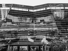 Foto do espelhamento do prédio na Av. Brigadeiro Faria Lima