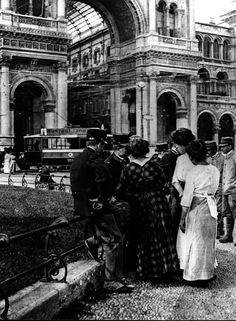 03-00003138 - 1915 MILANO - PRIMA GUERRA MONDIALE. RECLUTE IN PIAZZA DUOMO, WWI, RICERCA, SOLDATI, DONNE, ITALIA, B/N, ANNI 10, INIZIO SECOLO, INIZIO 1900, 900, B/N, 716443/11