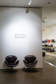 IT'S SHOWTIME || In Düsseldorf hat der Designer Steffen Schraut seinen Showroom. || Steffen Schraut's show room is located in Düsseldorf, Germany.|| FITTING Neue Modetrends auf der fashion2sea-Kreuzfahrt / FITTING New fashion trends on the fashion2sea cruise. Foto: © Susanne Baade/Hapag-Lloyd Cruises