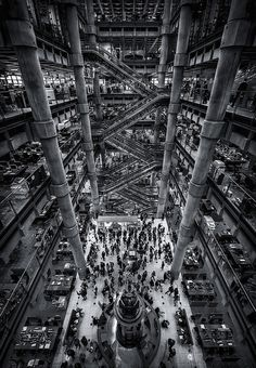 Architecture as a high-tech working platform. A living, breathing space centered around the uncluttered and magnificent atrium. The Archigram inspiration is so clear. Lloyds Building, London by Richard Rogers.