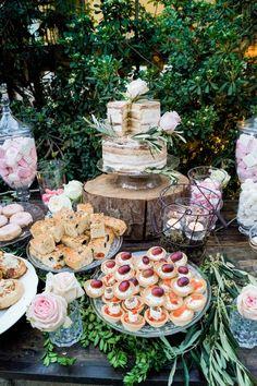 Mesa de dulces y salados y tarta nupcial | Salty and sweet table and wedding cake (Caperucita Cupcakes)