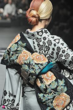 Japanese Embroidery Kimono Autumn/Winter 2013 Collection of Japanese fashion brand JOTARO SAITO on March in Tokyo. Traditioneller Kimono, Furisode Kimono, Kimono Japan, Traditional Kimono, Traditional Dresses, Traditional Japanese, Fashion Details, Look Fashion, Fashion Design