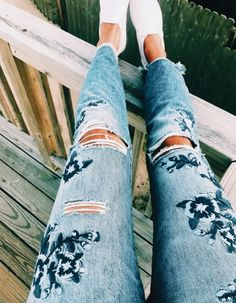Blue ry on ripped jeans. Visit daily dress me for more inspiration women's fashion Mmer fashion. Fashion 2018, Look Fashion, Womens Fashion, Fashion Trends, Casual Outfits, Summer Outfits, Cute Outfits, Denim Outfits, Fashion Outfits