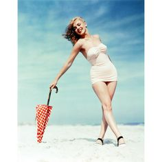 Marilyn Monroe photographed by Andre De Dienes,... ❤ liked on Polyvore featuring marilyn monroe and people